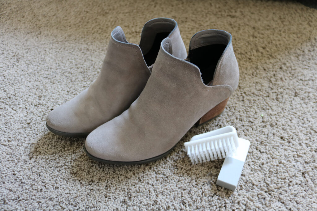 Suede boots with suede cleaning kit